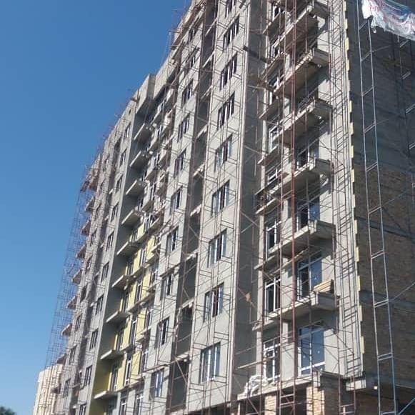 ЖК «Керемет Life», ведутся фасадные работы и работы по установке окон.